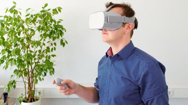 Hombre usando gafas VR