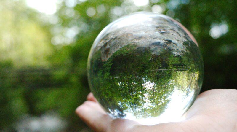 fotografía esférica tomadapor una persona sosteniéndola foto en su mano