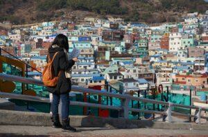 Persona haciendo un recorrido por una ciudad que no conoce